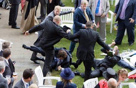 на элитных конных скачках, произошла массовая драка аристократов